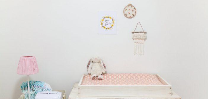 Table à langer avec une peluche installée dans une chambre de bébé