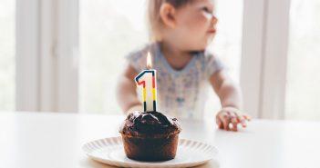 Enfant qui souffle sa première bougie d'anniversaire