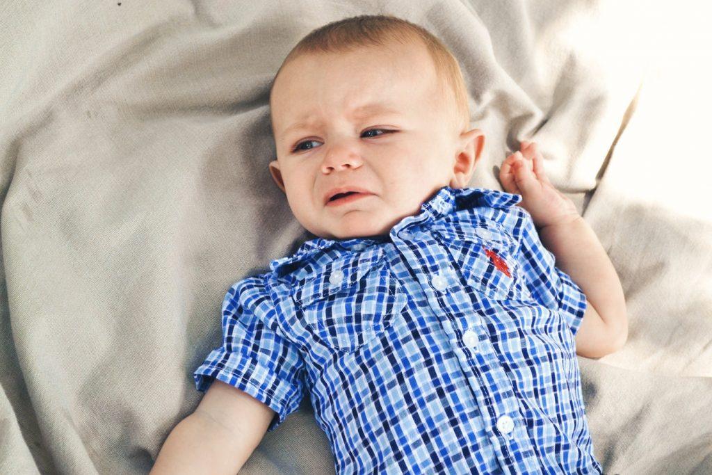 Bébé qui pleure dans son lit