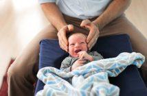 Ostéopathe qui manipule un bébé pour calmer ses pleurs