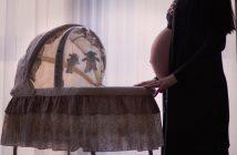 Femme enceinte qui prépare le berceau pour l'arrivée de son bébé
